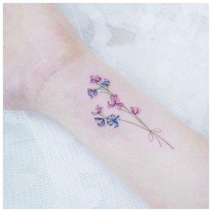 Небольшой цветок на руку - тату