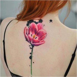 Яркий акварельный тюльпан на спине