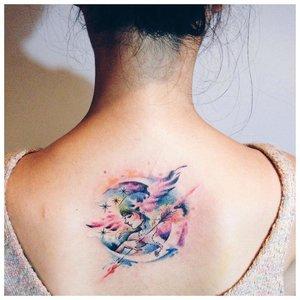 Необычная акварельная тату на спине
