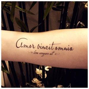 Рукописный шрифт для тату на руке