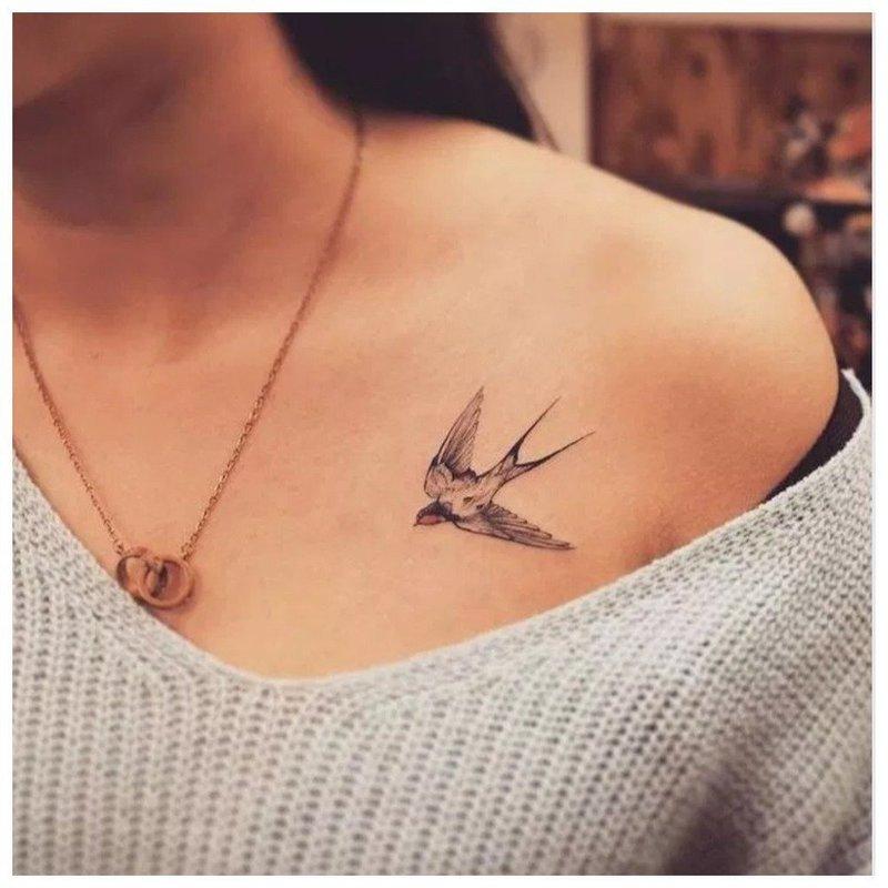 Нежное тату на ключицу в виде птицы