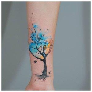 Яркое дерево - тату на запястье