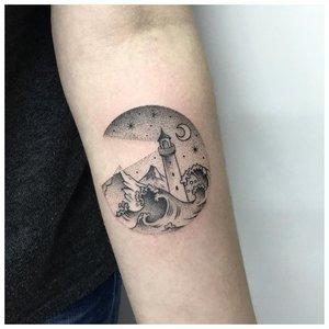 Пейзажное тату на руку мужчине