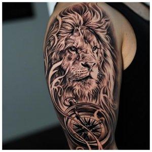 Тату льва у мужчины на руке