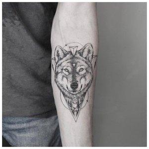Тату волка у мужчины на руке