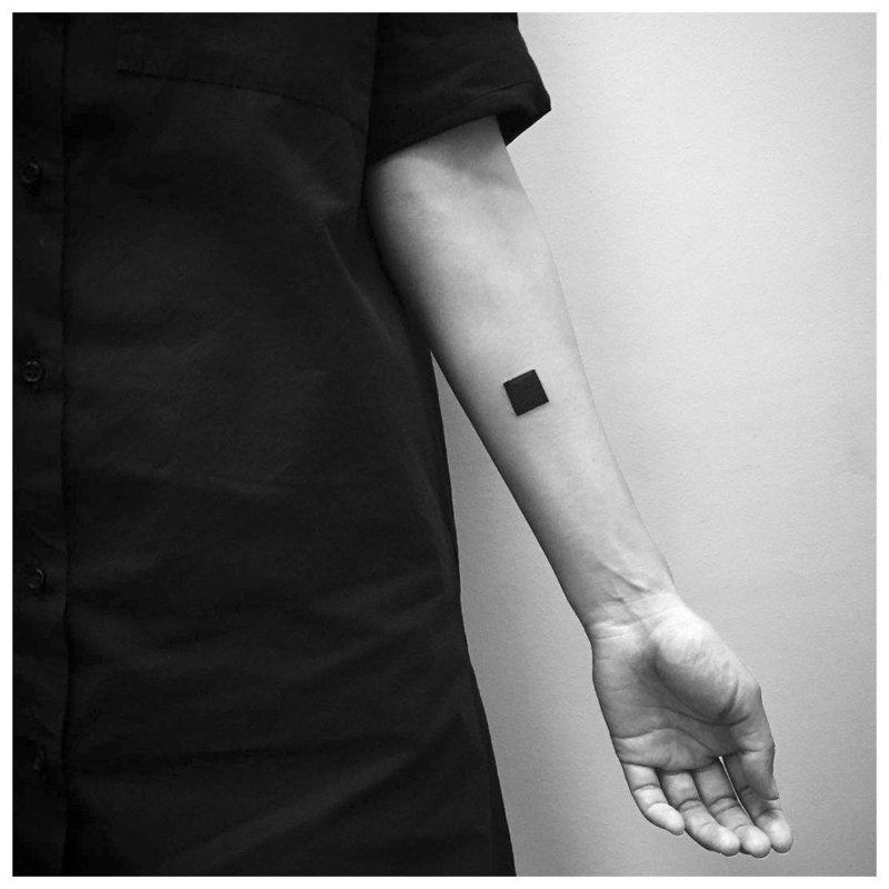 Простой черный квадрат - тату на руку мужчине