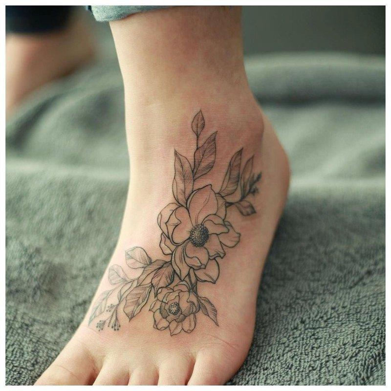 Контурный цветок - тату на ступню