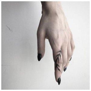 Тату на пальце