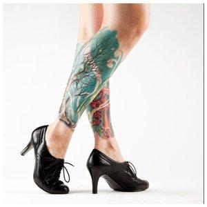 Цветная татуировка на всю голень