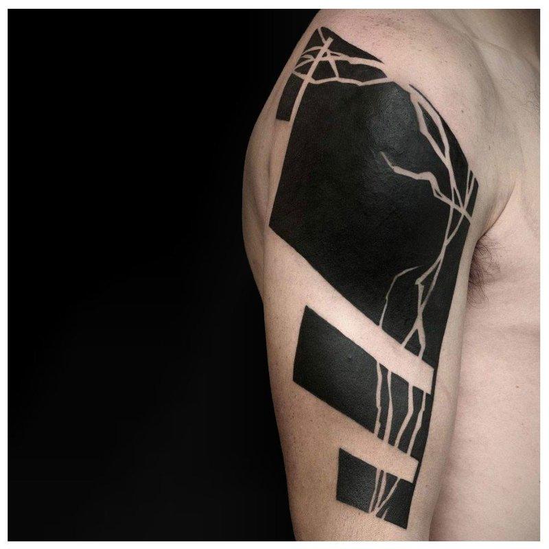 Татуировка блэкворк на плече