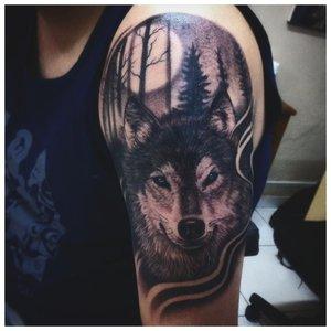 Суровый волк - тату у мужчины на плече