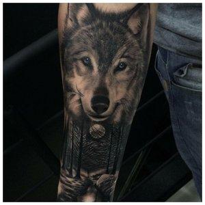 Морда волка - тату мужчине на руку