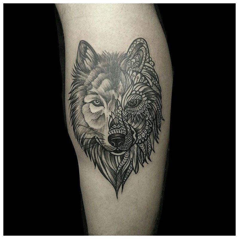Тату волка в совмещенной стилистике