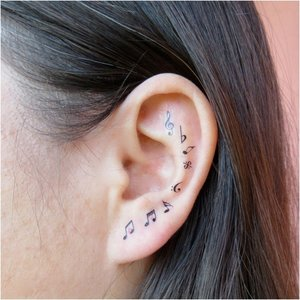 Татуировка нот на ухе