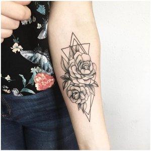 Контурная черная татуировка на руке