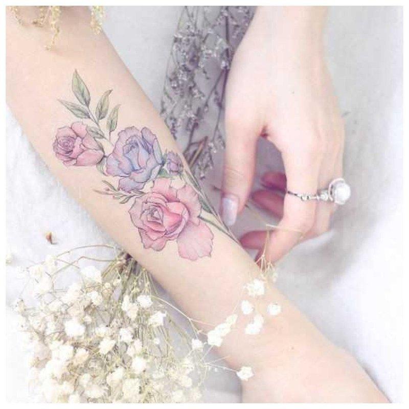 Цветочное тату на руку девушке
