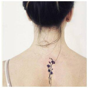Веточка цветов на спине