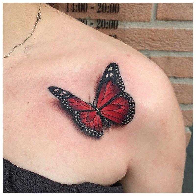 Яркая бабочка на ключице - тату