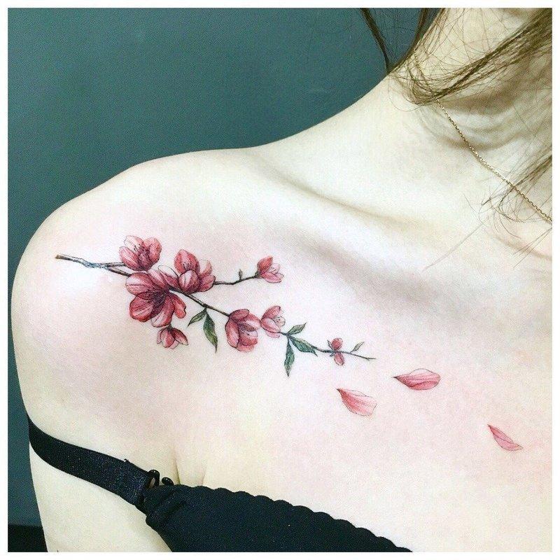 Нежный цветок - тату на ключице