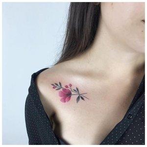 Нежный тату цветок на ключице