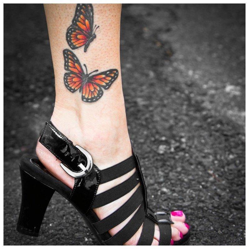 Цветные бабочки на щиколотке
