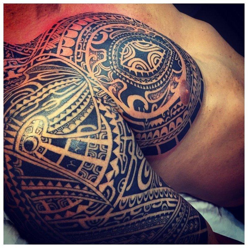 Этническая тату на плече