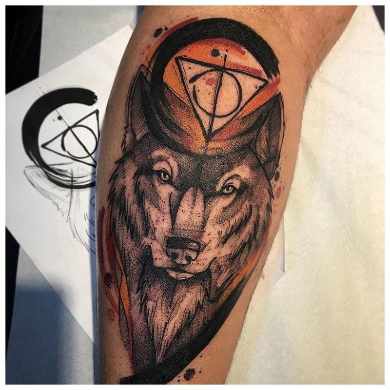 Оригинальное тату волка у мужчины на ноге
