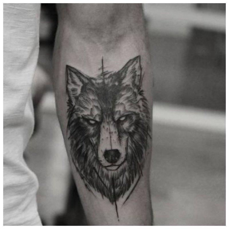 Тату волка на руке