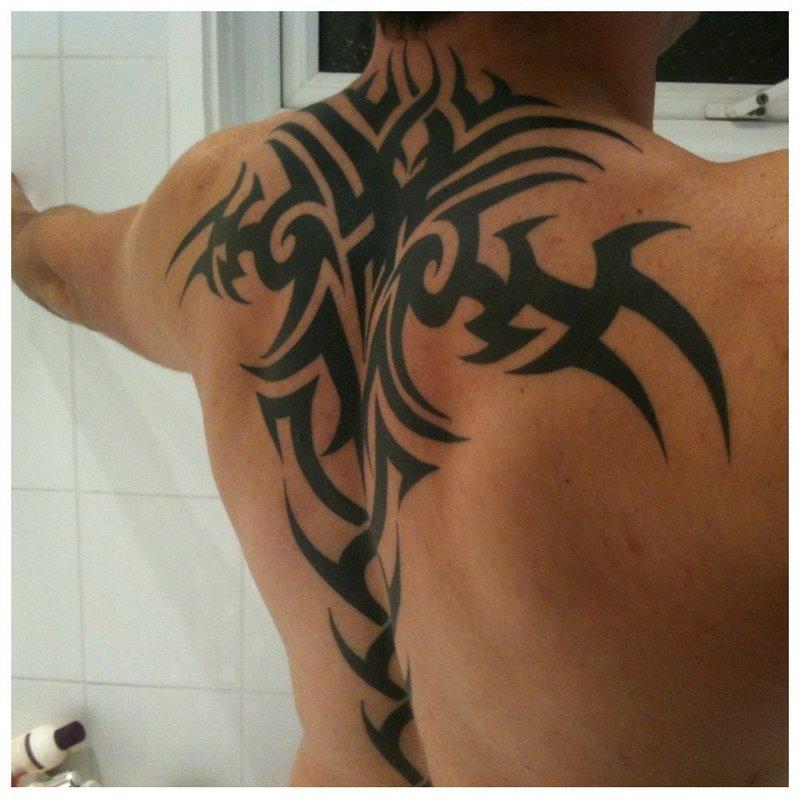 Трайбл-татуировка на спине