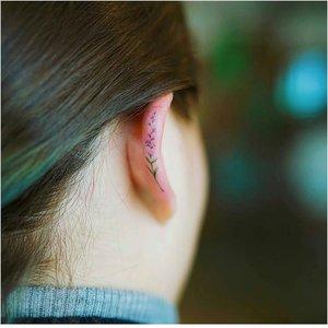Татуировка по кромке уха
