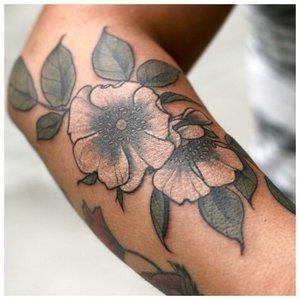 Большое цветочное тату на руку девушке
