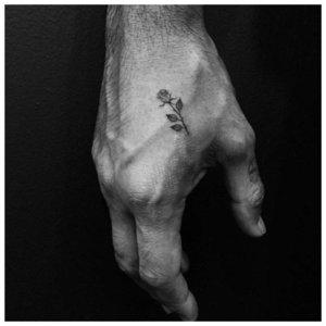 Маленькая роза - тату на руке мужчины
