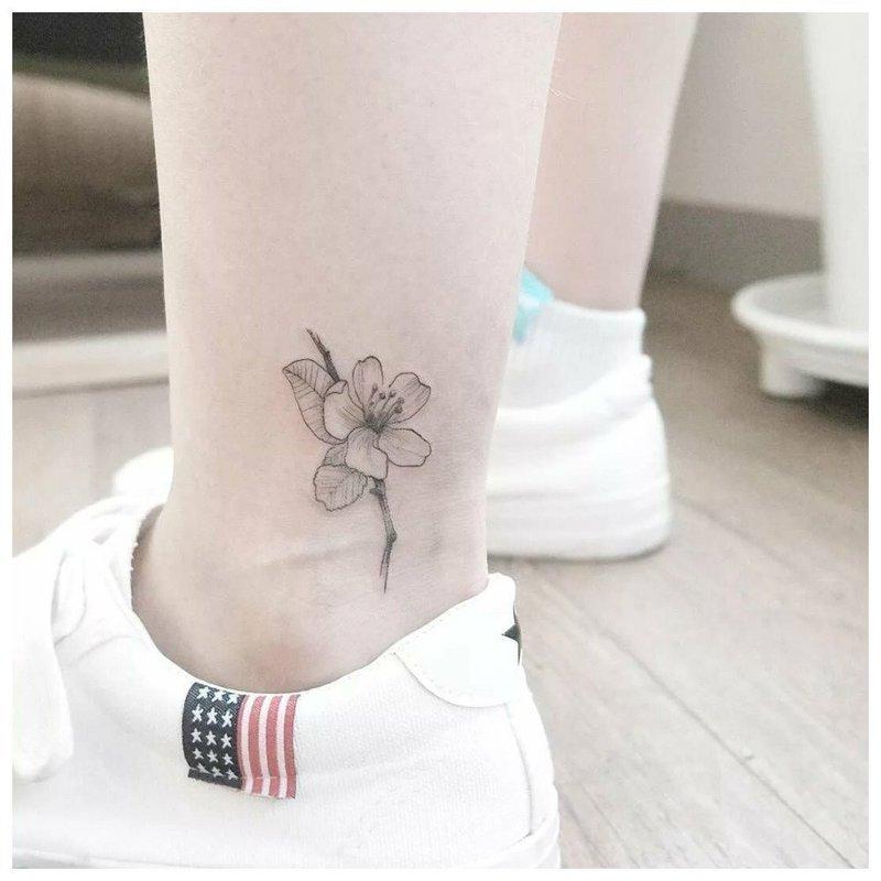 Нежная тату на косточку ноги