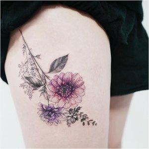 Оригинальная татуировка с цветами