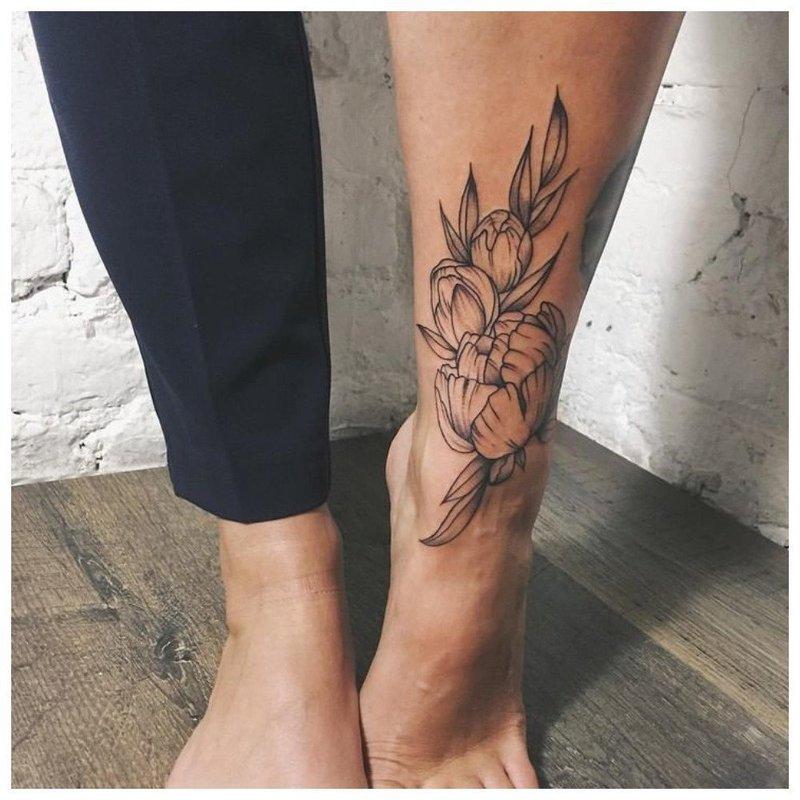 Контурная цветочная тату на голени