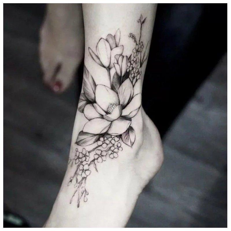 Контурная тату с цветами