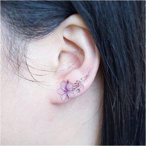 Минималистичный цветок на мочке уха