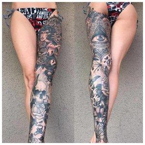 Вся нога в татуировках