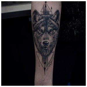 Суровая морда волка - тату на руку