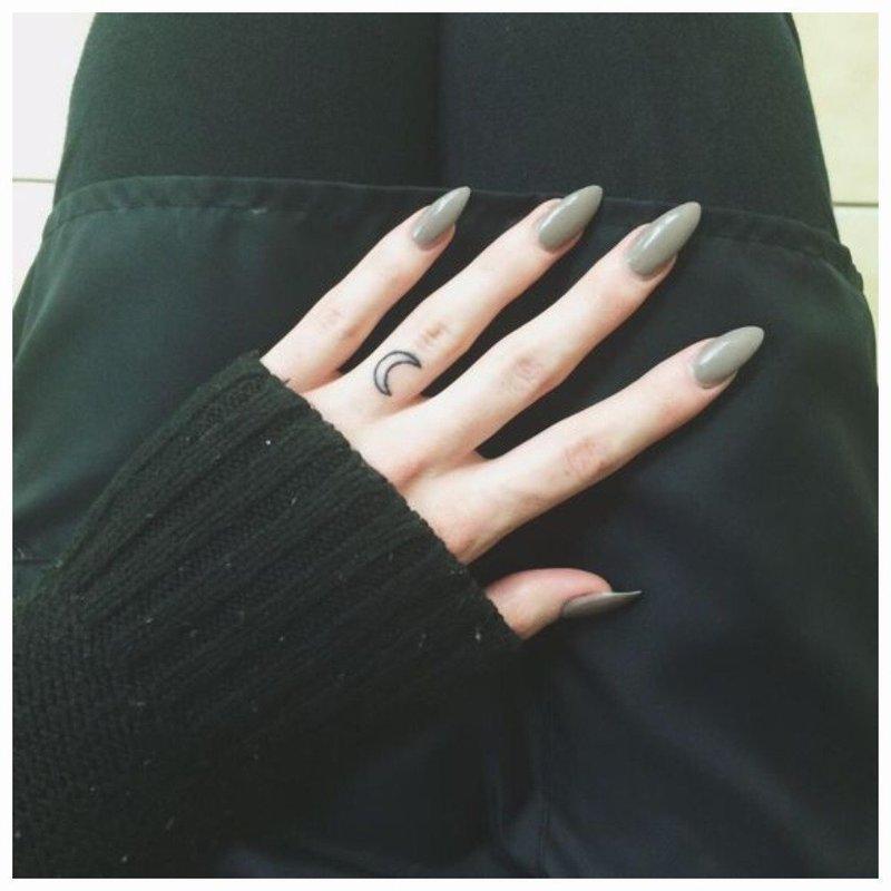 Оригинальное тату на безымянном пальце
