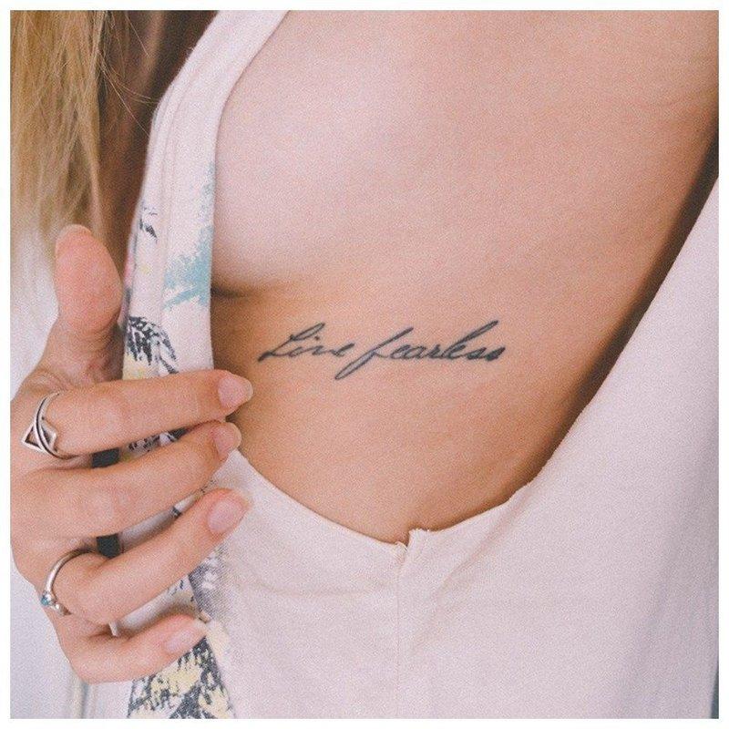Надпись под грудью тату