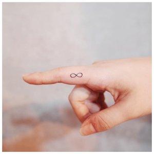 Символ бесконечности на пальце