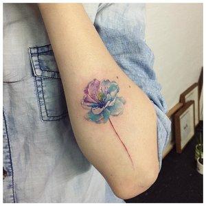 Акварельный цветок-тату на руке