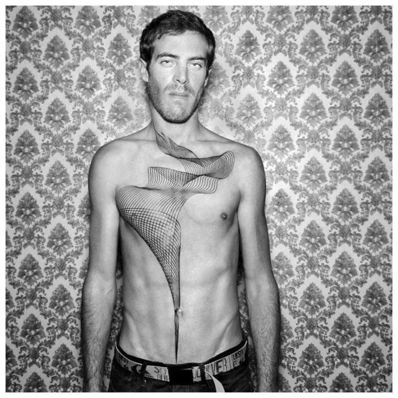 Мужчина с татуировкой на груди