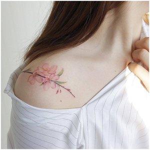 Нежное цветочное тату на плече