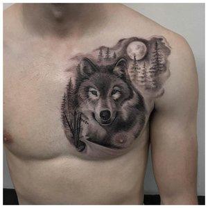 Спокойный волк - тату на груди у мужчины