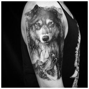 Волк в черном цвете - тату на плече