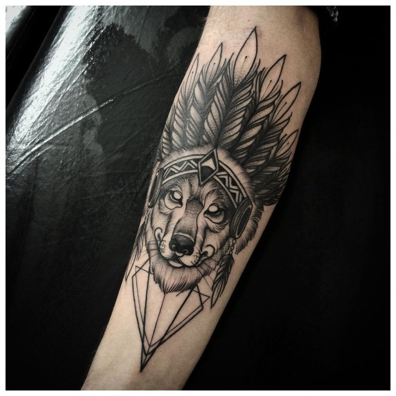 Необычное тату волка мужчине на руку