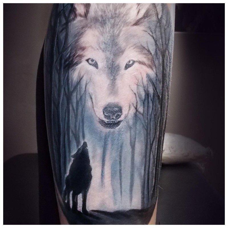Татуировка волка на икре у мужчины