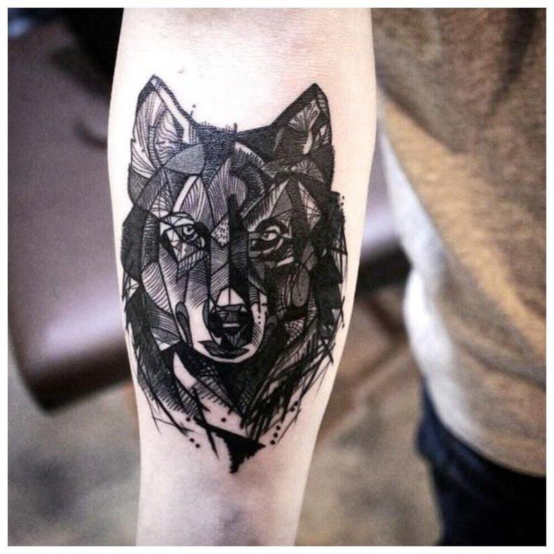 Тату волка на руке у мужчины